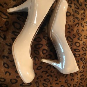 Chinese Laundry Shoes - NWOT Beige patent leather dress shoes
